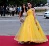 абитуриентка в жълта рокля