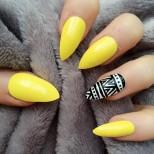 жълт маникюр с акцент на безименния пръст