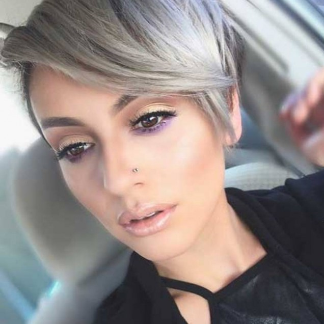 красива прическа на сребристо-руса коса