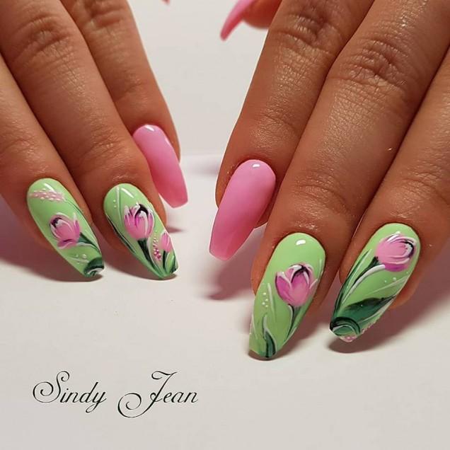 зелен маникюр с розови цветя