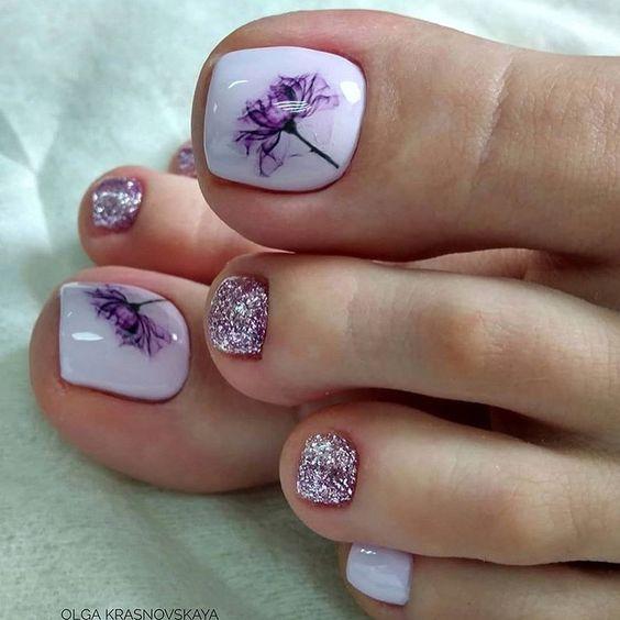 педикюр с лилави цветя