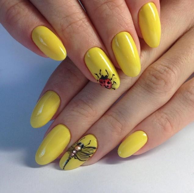 жълт маникюр с калинка
