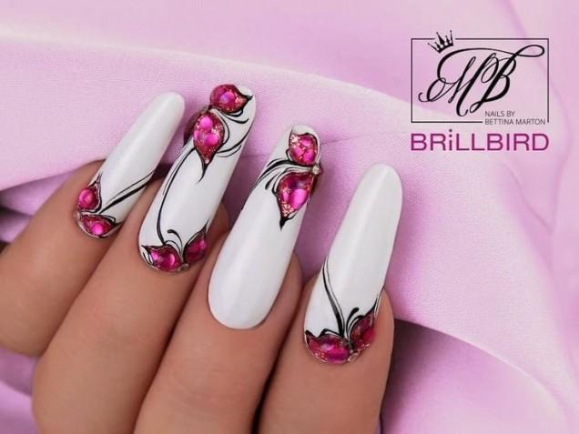 бял маникюр с цветя