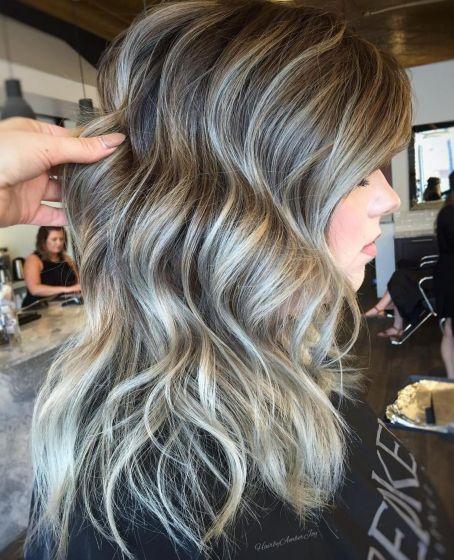 дълга коса сребристи кичури
