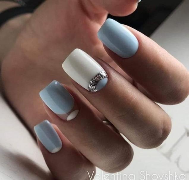 бяло със синьо маникюр