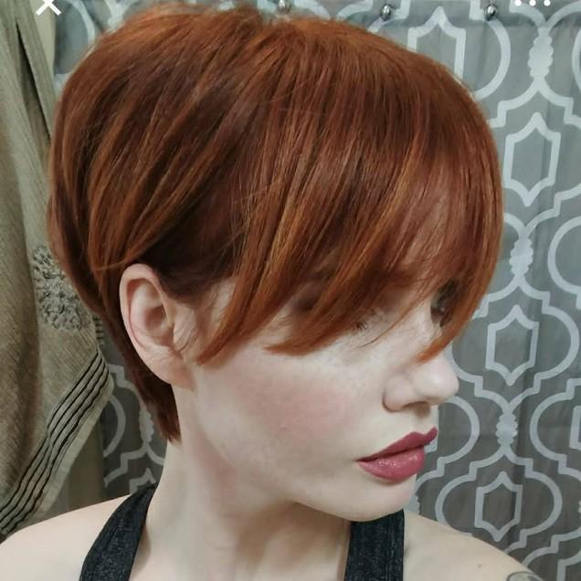 къса червена коса с дълъг бретон