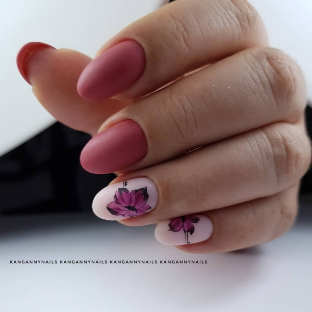 Френски маникюр с цветя