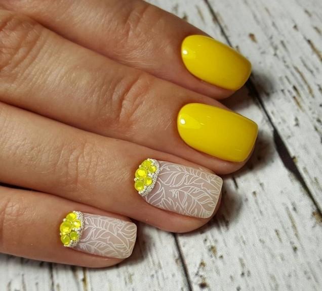 красив маникюр с жълти камъчета