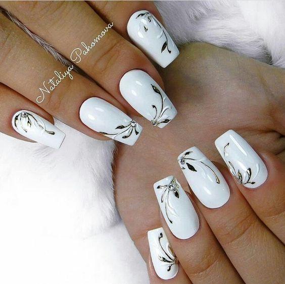 бял маникюр с метални орнаменти