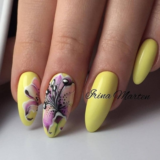 жълт маникюр с нежна пеперуда