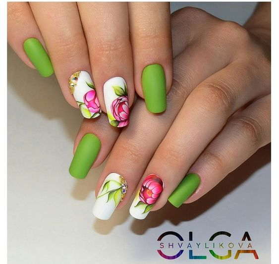 маникюр със зелено и цветя