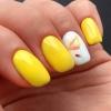 маникюр в жълто с цвете