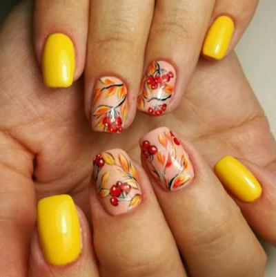 маникюр в жълто с цветя