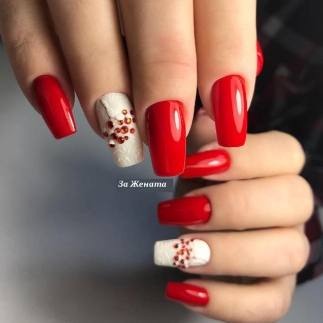 червен маникюр с бяло и нежни цветя
