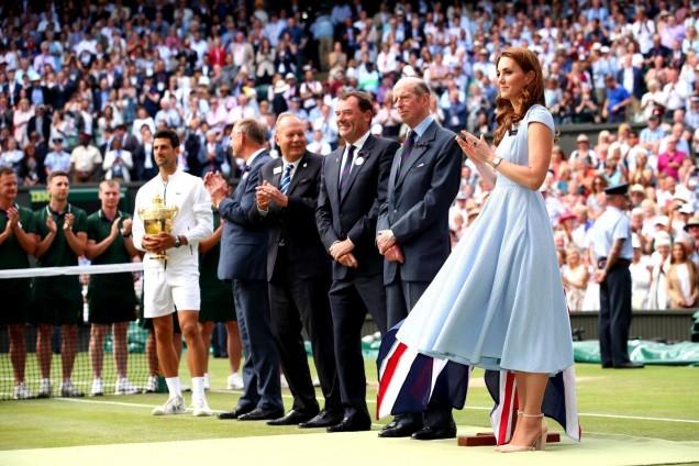 Кейт в нежносиня рокля