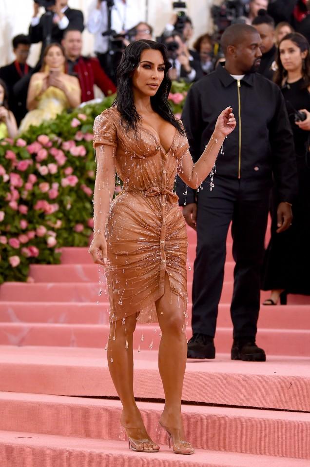 Ким Кардашиян тясна рокля