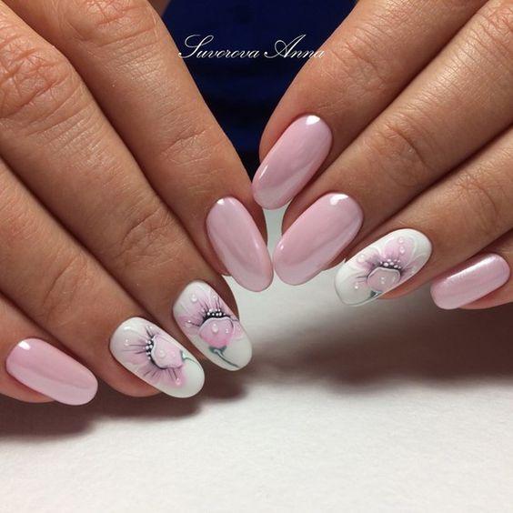 нежно розов маникюр с цветя