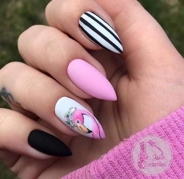 розов маникюр с фламинго