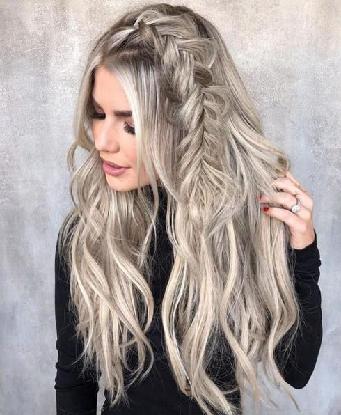красиво сплетена руса коса