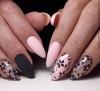 розов маникюр с черни цветя