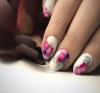 бял маникюр с нежни цветя