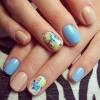 маникюр с цветя в синьо