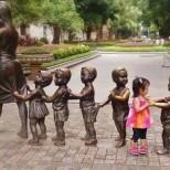 дете танцува със статуя