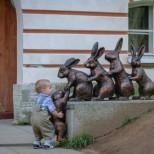 дете със зайчета