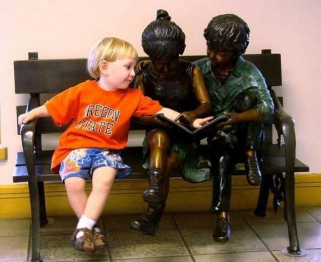 дете позира с паметник
