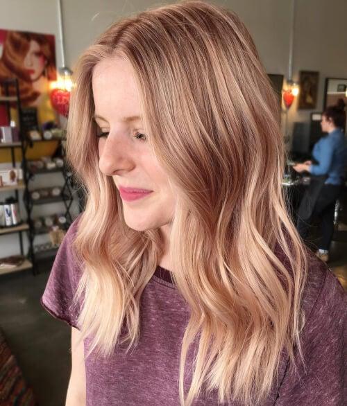 розово злато върху руса коса