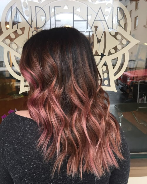 кестенява коса с розово злато
