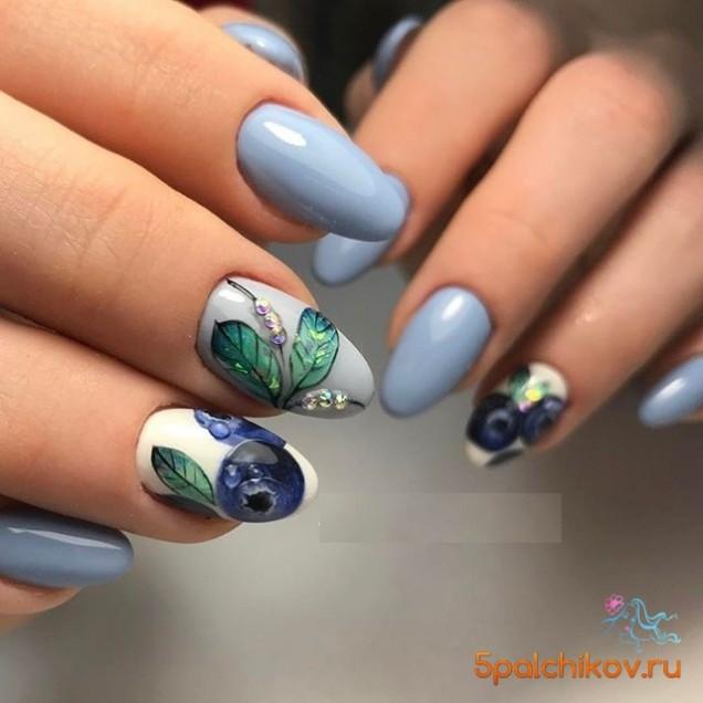 маникюр със синьо и цветя