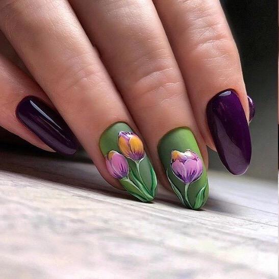 тъмнозелен маникюр с цветя