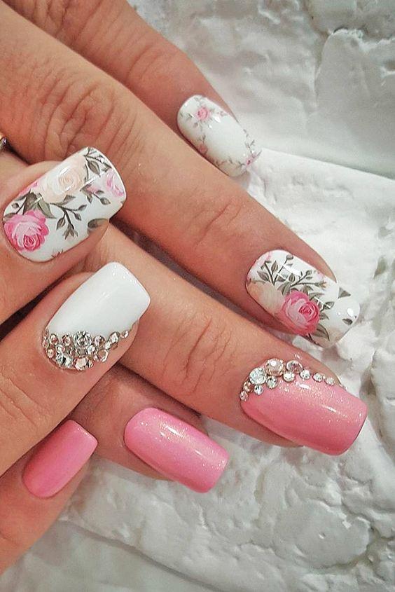 маникюр в розово и бяло с камъчета