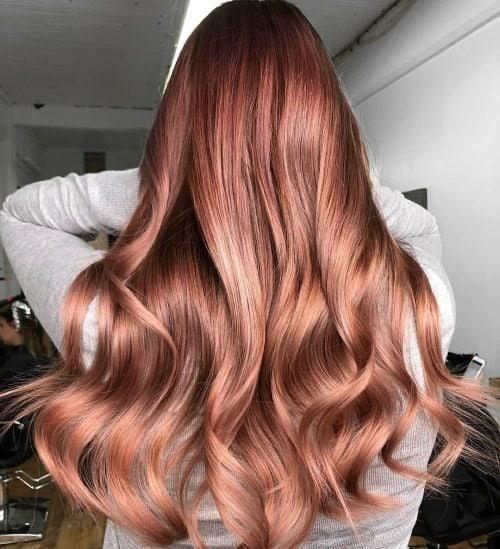 богато розово злато в косите