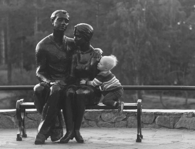 дете прегръща статуя