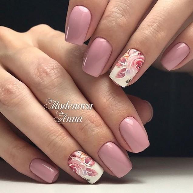 пастелно розов маникюр с цветя