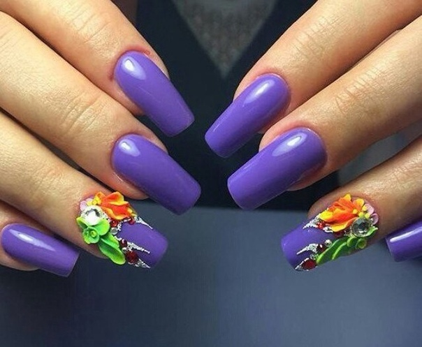 лилав маникюр с релефни цветя