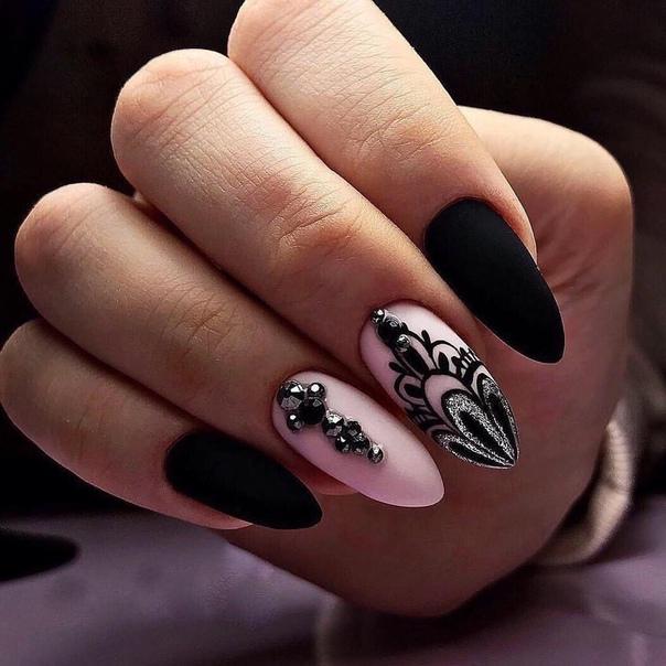 розов маникюр с черни орнаменти
