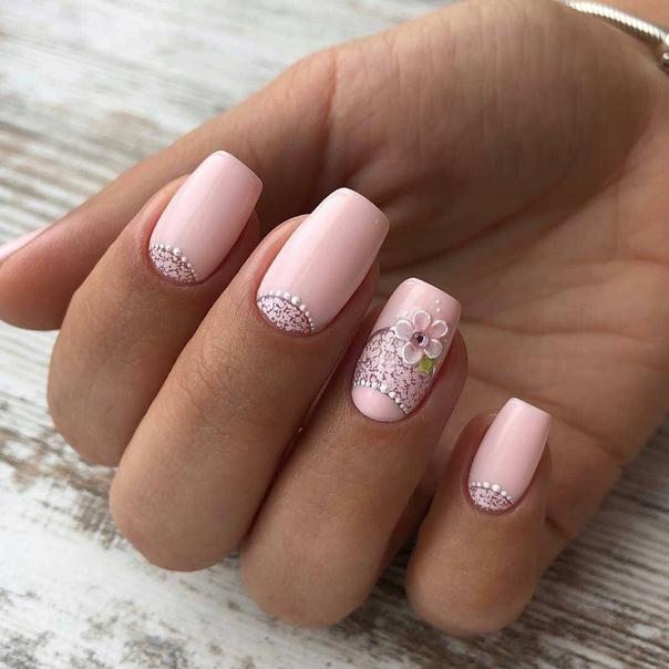нежно розов маникюр със семпли цветя