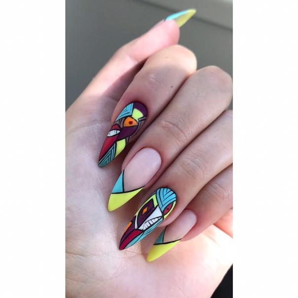 геометричен маникюр с пъстри цветове