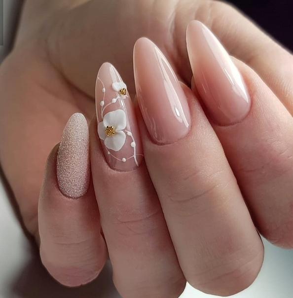 маникюр с бяло цвете
