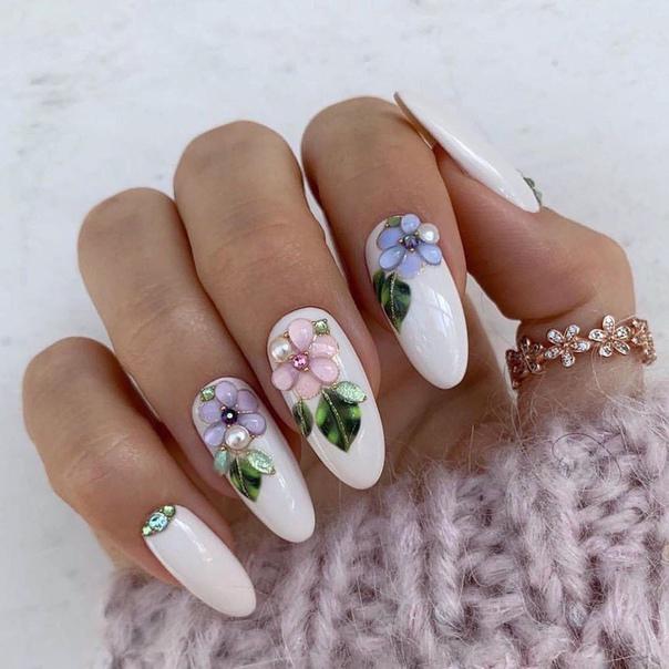 маникюр с цветя от камък