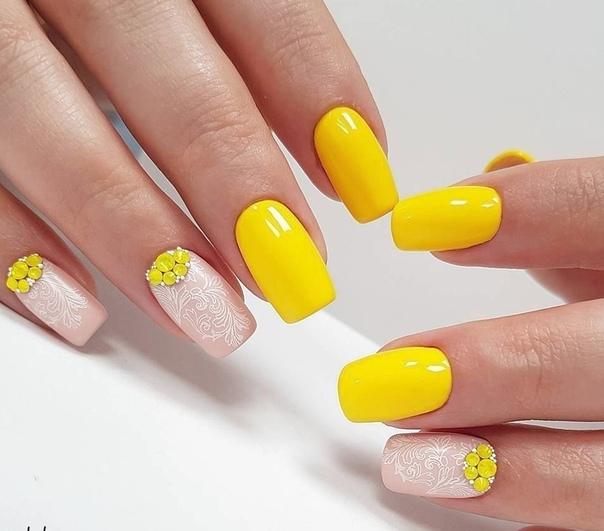 красив жълт маникюр