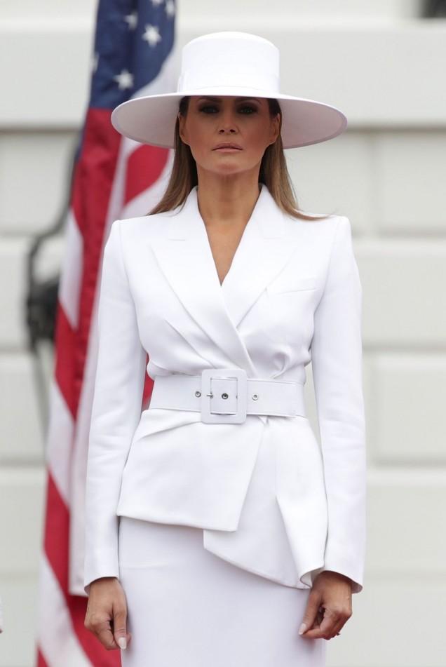 Мелания Тръмп бял костюм с шапка