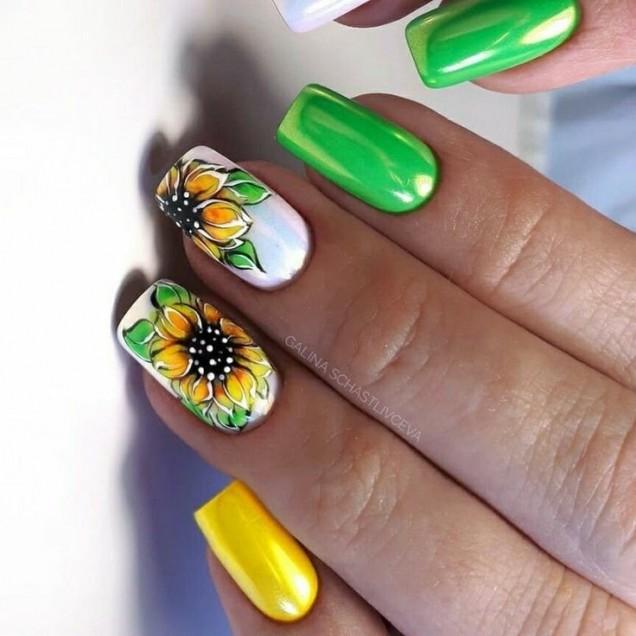 зелен маникюр с цветя