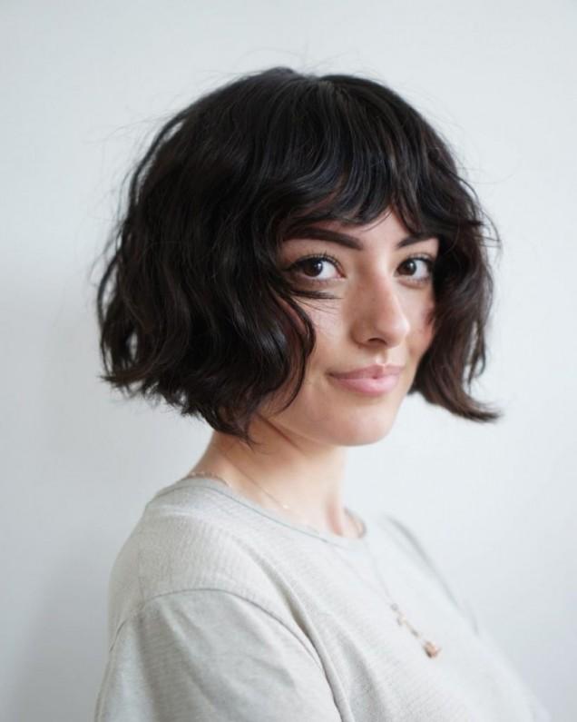 късо каре на чуплива коса с бретон