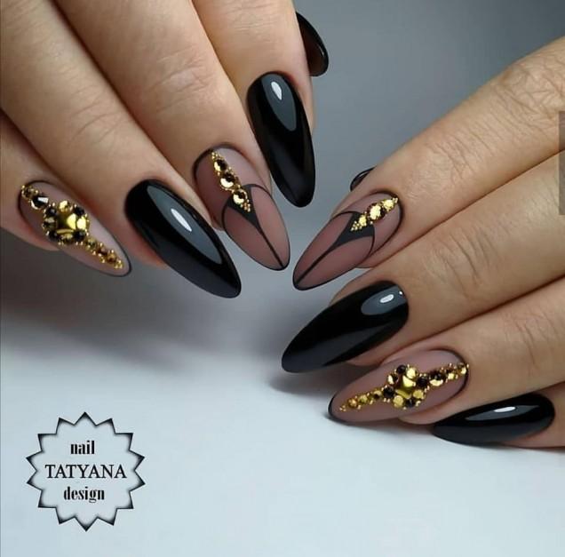 черен маникюр със злато