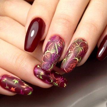 есенен маникюр с листа в бордо