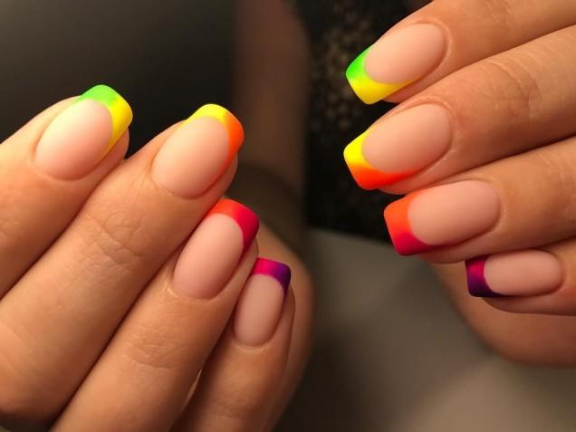 цветен френч на къси нокти